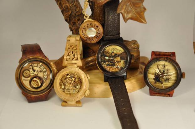Українець заробляє на унікальних годинниках з дерева