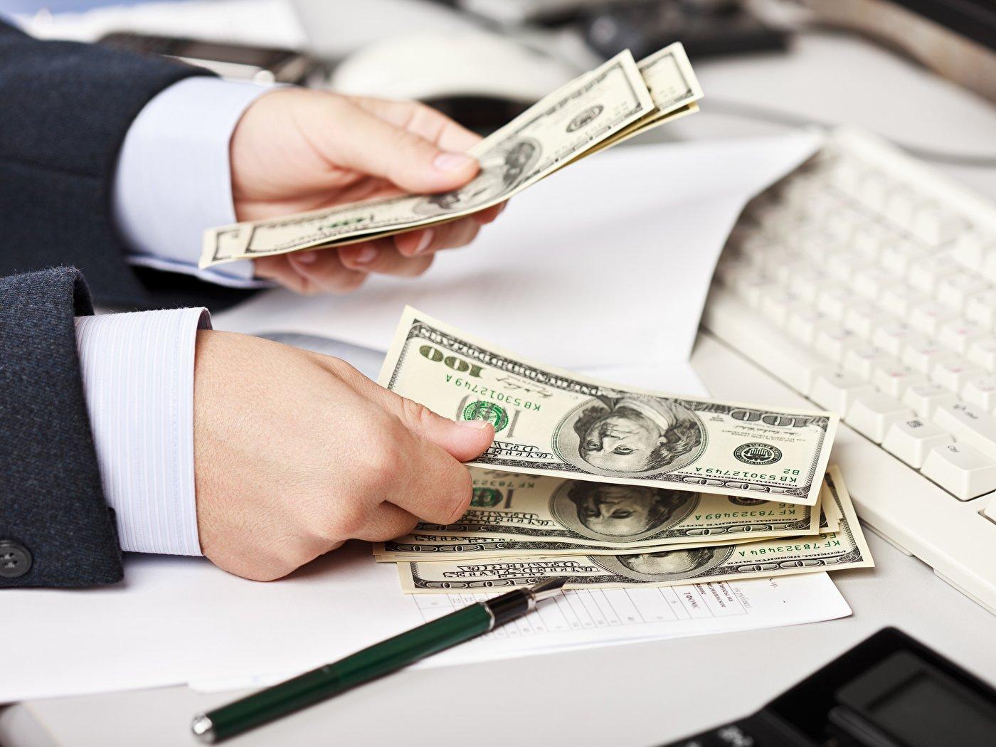 Врятувати гривню: Нацбанк активно розпродає долари